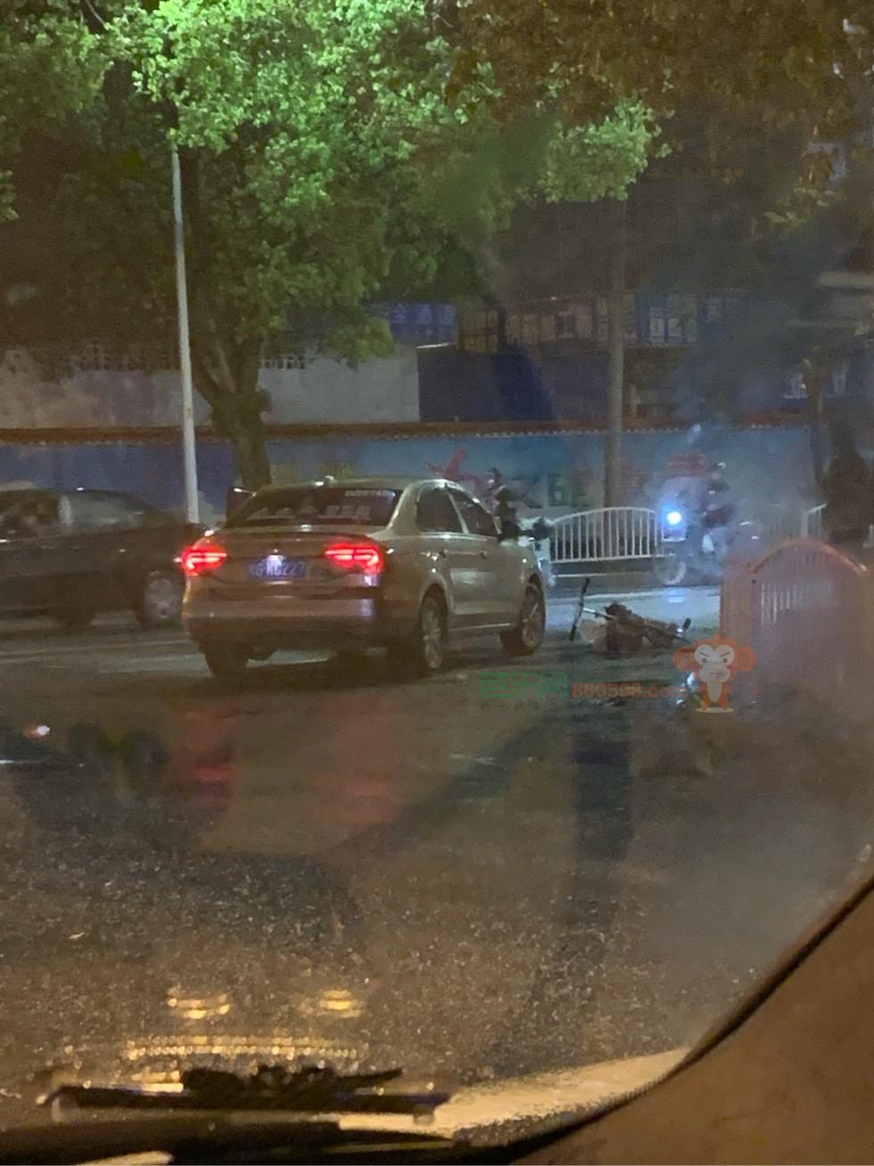 列东汽车站红绿灯边上发生车祸